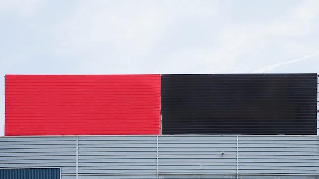 Close-up, de, pintado, vermelho preto, grande, em branco, açambarcando, contra, céu