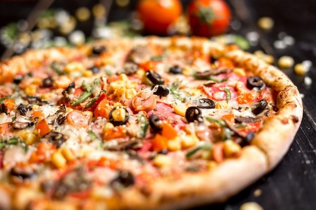 Close-up de pizza de calabresa com granulado de gergelim