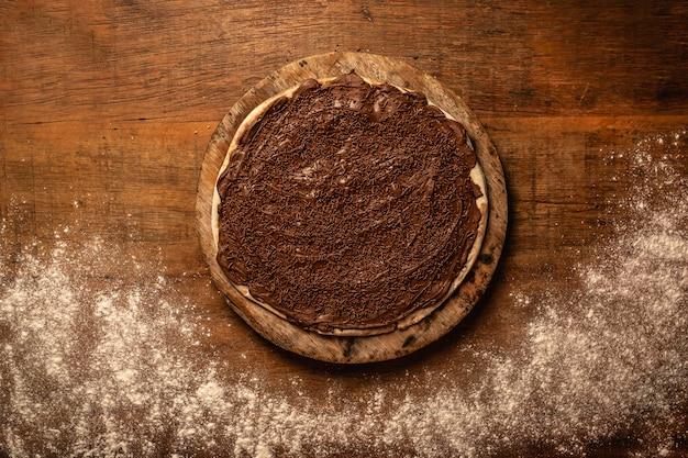Close-up de pizza saborosa em uma tábua de madeira