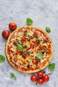 Close-up de pizza vegetariana saudável com queijo e legumes