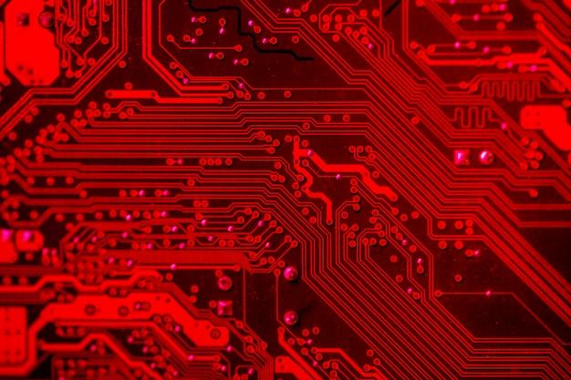 Close-up de placa de circuito com tema vermelho