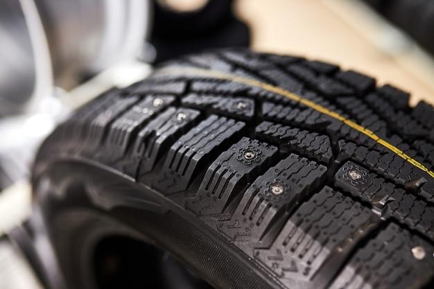 Close-up de pneus de verão, pneus de carro com baixo consumo de combustível em oficina automotiva, representados à venda