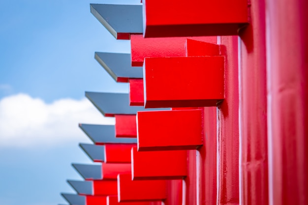 Close-up de portas vermelhas de torii com fundo do céu azul.