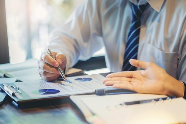 Close up de povos de negócios, analisando dados juntos no trabalho em equipe para planejamento e inicialização de novo projeto