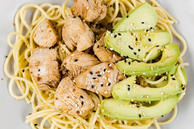 Close-up de prato com macarrão e abacate