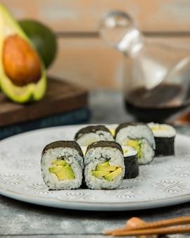 Close-up de prato de rolos de abacate maki