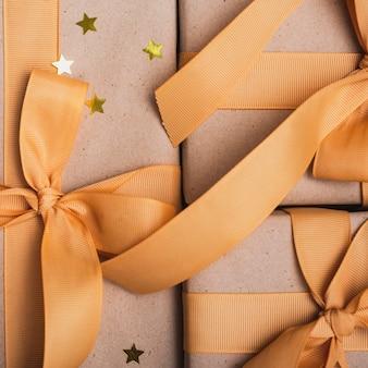 Close-up de presentes com estrelas douradas e fita