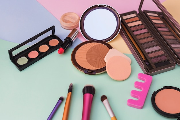 Close-up de produtos cosméticos em fundo colorido