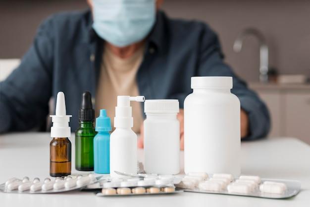 Close-up de recipientes de remédios na mesa