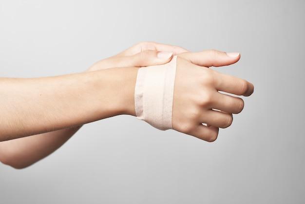 Close-up de remédio para dor nas articulações do braço enfaixado