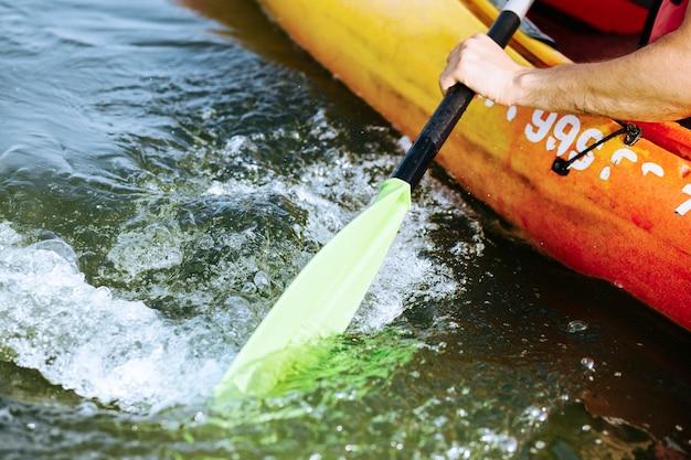 Close-up, de, remo, remo, em movimento, água