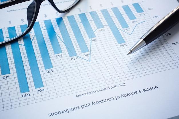 Close-up de resultados financeiros mais recentes sobre a mesa