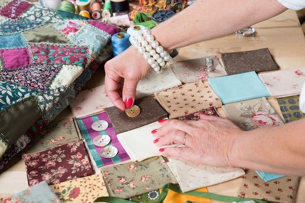 Close-up de retalhos de costura de mão de mulher