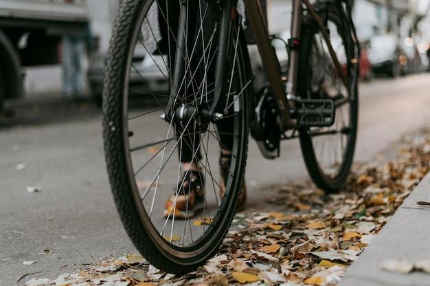 Close-up de rodas de transporte alternativo de bicicleta