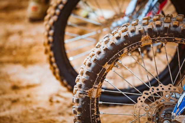 Close-up de rodas em uma linha de partida