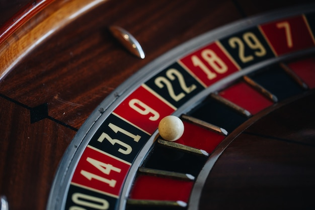 Close-up de roleta de cassino bonito com fichas de jogo