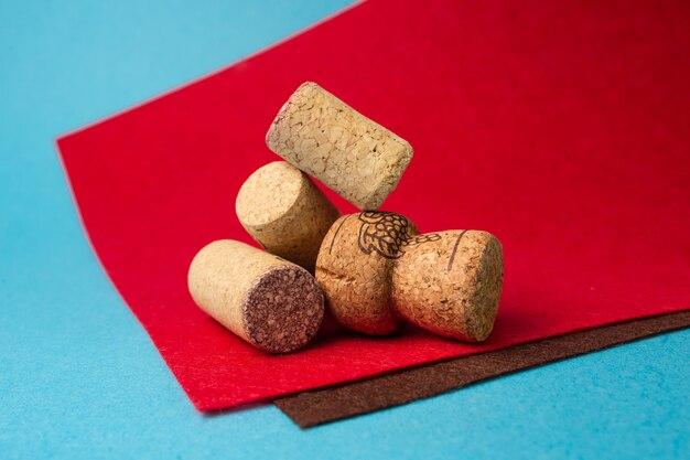 Close-up de rolhas de vinho em um fundo vermelho e azul.