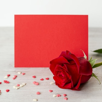 Close-up de rosa com corações para dia dos namorados