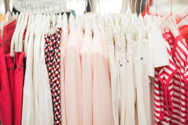 Close-up de roupas diferentes em cabides