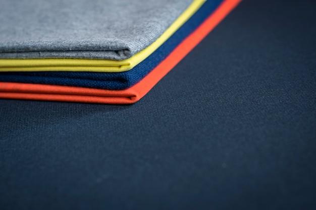 Close-up de roupas em fundo preto textura