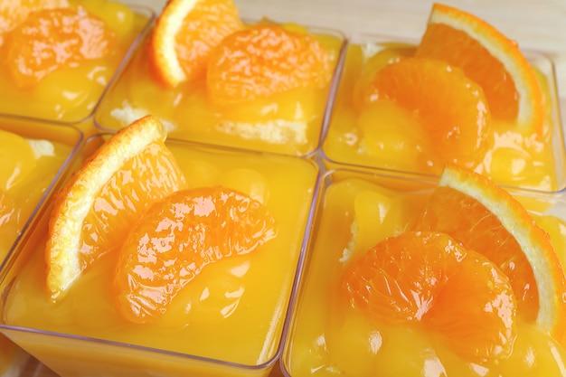 Close-up, de, rowed, cima, mandarina, bolos, em, tigela vidro, coberto, com, fresco, laranjas