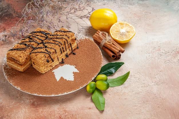 Close-up de saborosas sobremesas decoradas com calda de chocolate e limão na mesa colorida