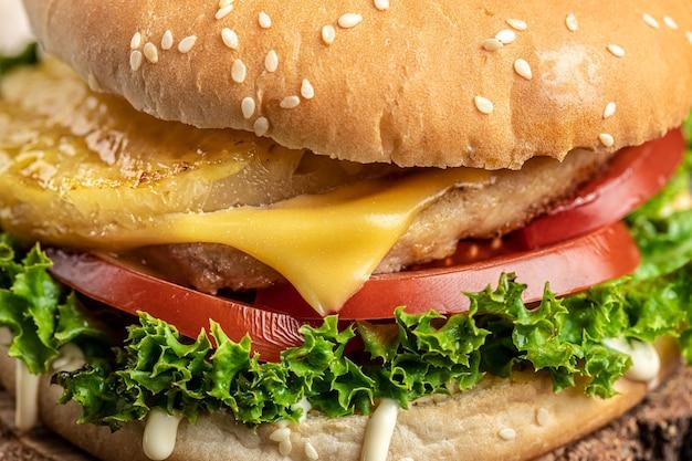 Close-up de saboroso hambúrguer caseiro. comida de rua. fast food e o conceito de alimentação pouco saudável.