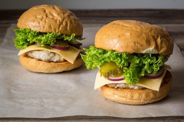 Close-up de saborosos hambúrgueres caseiros na mesa de madeira.