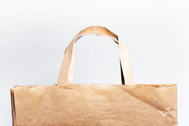 Close-up de saco de papel ecológico isolado na superfície branca