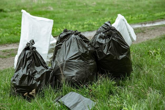 Close up de sacos de lixo cheios de lixo após a limpeza do ambiente.