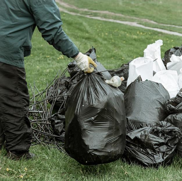 Close-up de sacos de lixo cheios de lixo após a limpeza do ambiente