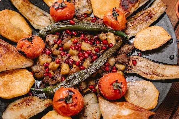 Close-up de saj cizbiz cozido com tomate e pimenta de batata berinjela