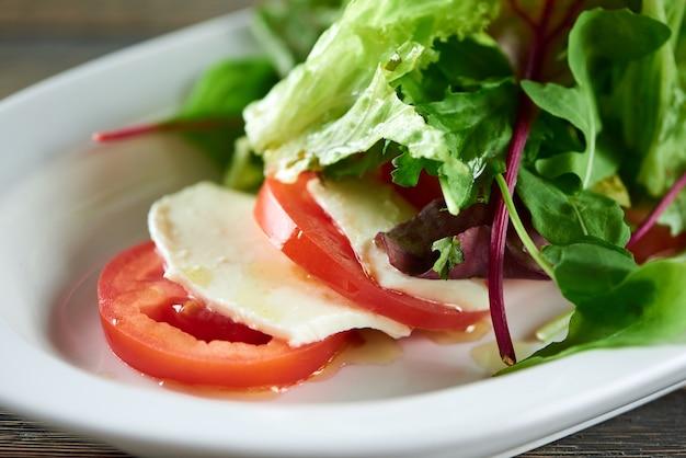 Close up de salada caprese servida no restaurante de tomates