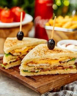 Close-up de sanduíche de clube cortado ao meio