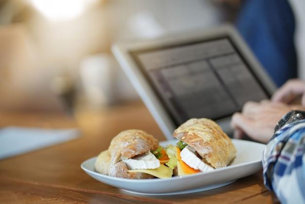 Close-up de sanduíche saboroso no espaço de trabalho co