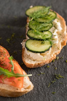 Close-up de sanduíches com tomate, pepino e endro