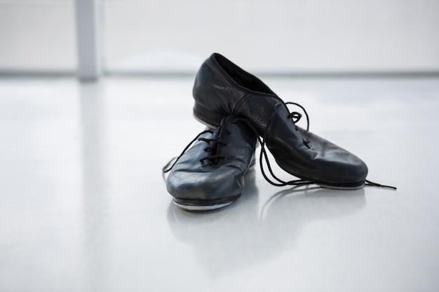 Close-up de sapatos de torneira