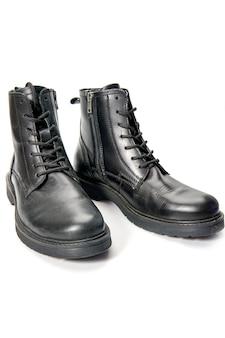 Close up de sapatos masculinos de inverno bonitos e confortáveis de branco.