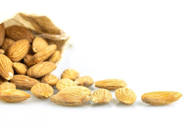 Close up de sementes de amêndoa isoladas em fundo branco.