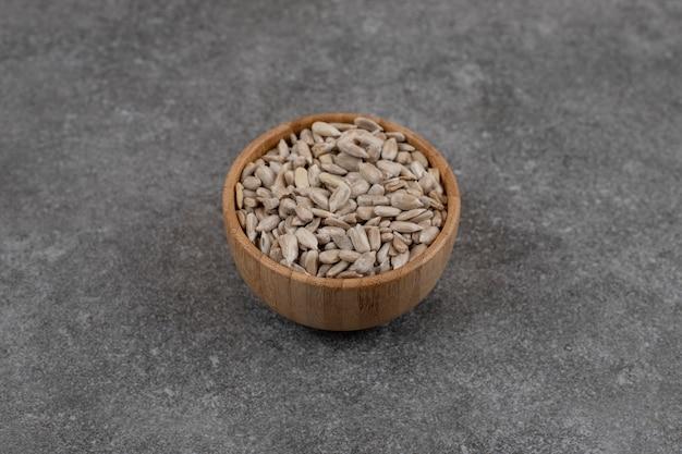 Close up de sementes de girassol em uma tigela de madeira