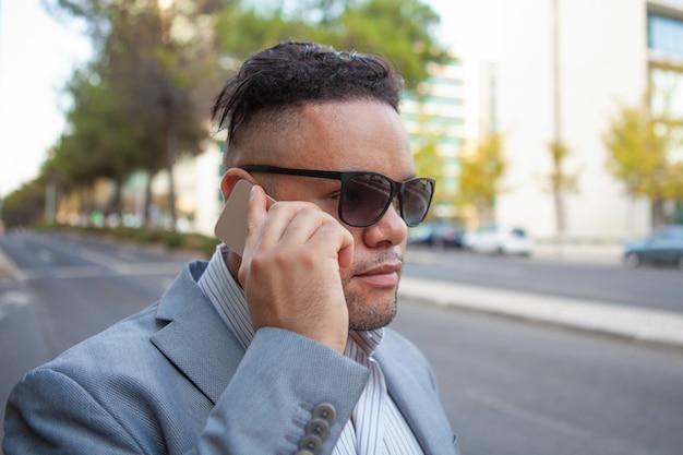 Close-up, de, sério, executivo, falando, ligado, smartphone, para, cliente
