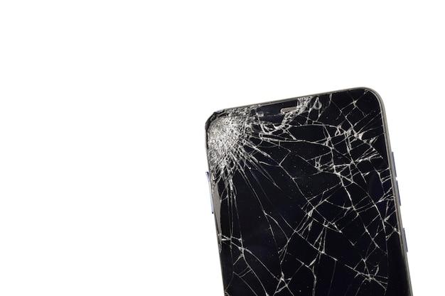 Close-up de smartphone quebrado em branco isolado