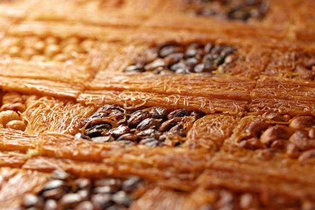 Close up de sobremesa de baklava turca com mel e nozes