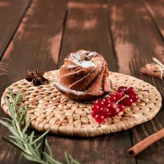 Close-up de sobremesa de pastelaria com groselhas