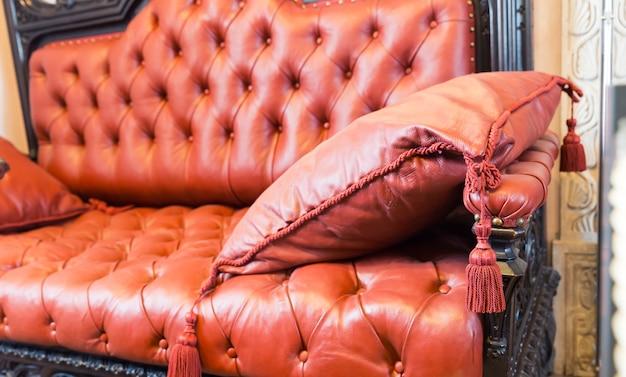 Close-up de sofá luxuroius revestido de couro com um travesseiro