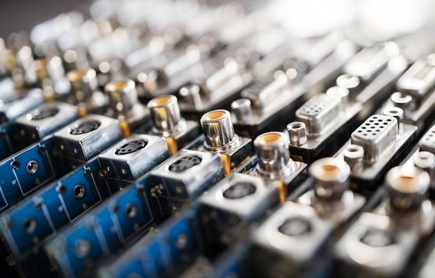 Close-up de soquetes de metal embaçado em uma placa de vídeo de computador