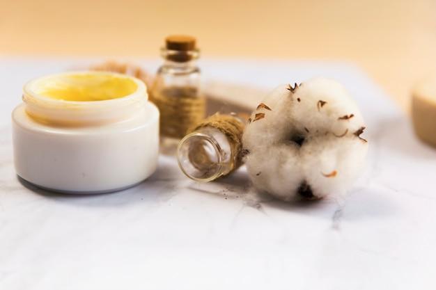 Close-up, de, spa, creme garrafa, com, algodão, flor
