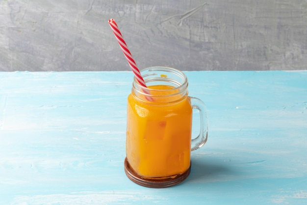 Close up de suco de laranja gelado em vidro