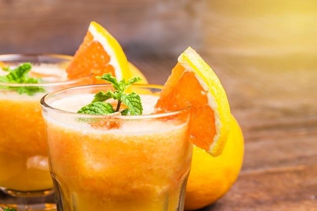 Close-up de sucos com fatias de laranja