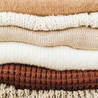 Close up de suéteres e pulôveres quentes de inverno.